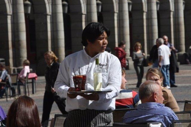 Un trabajador extranjero en una terraza