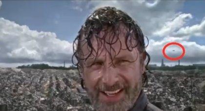 ¿Hay un avión volando detrás de Rick en The Walking Dead?