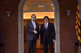 Moncloa guarda silencio sobre un posible encuentro Rajoy-Puigdemont, porque solo informa de su agenda pública