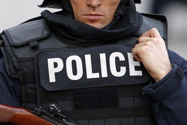 Un policía francés en una redada antiterrorista en Saint Denis