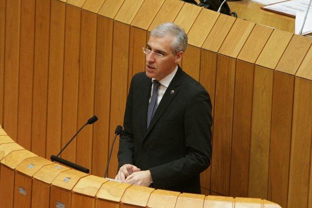 El conselleiro de Economía, Francisco Conde, en el Parlamento gallego.