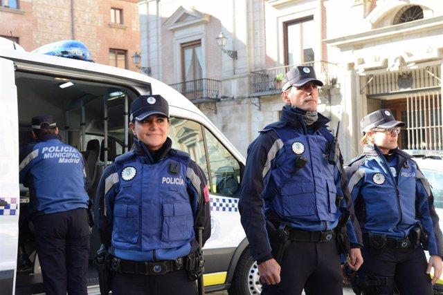 Agentes con el nuevo uniforme de Policía Municipal de color azul