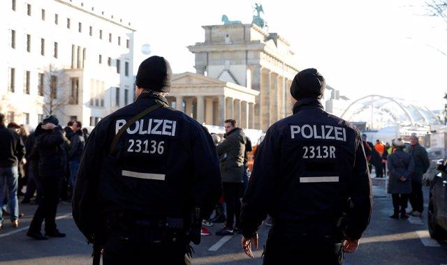 Policías alemanes patrullan las calles de Berlín