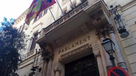 """El Parlament insta al Gobierno a buscar una solución """"política y no judicial"""" al problema catalán"""