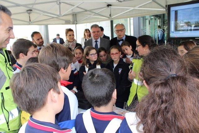 Escolares participan en la jornada de puertas abiertas de la Junta en Huelva.