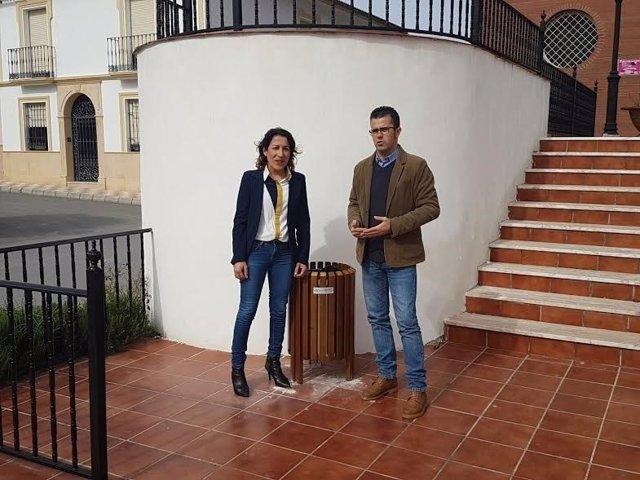 Pozuelo y el alcalde de Encinas Reales junto a una de las nuevas papeleras