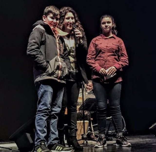 Anabel Santiago con escolares participantes  en los actos.