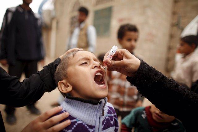 Un niño recibe la vacuna contra la polio en la capital de Yemen, Saná
