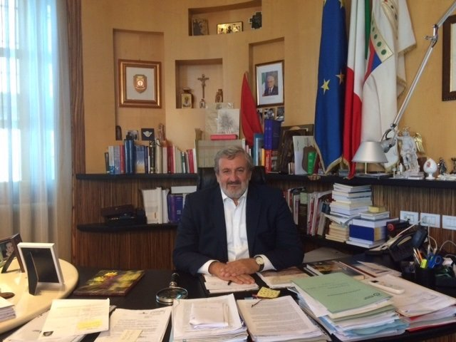 El presidente de la región de Apulia, Michele Emiliano, en su despacho de Bari