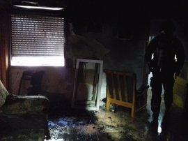 Bomberos de Cartagena extinguen un incendio en una vivienda en el Barrio Peral
