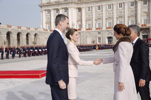 Mauricio Macri y Juliana Awada son recibidos por los Reyes