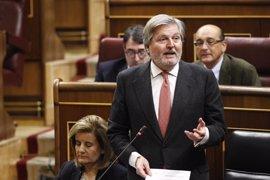 """Méndez de Vigo asegura que en los presupuestos de 2017 """"habrá aumento para becas"""" y llama al PSOE a apoyarlos"""