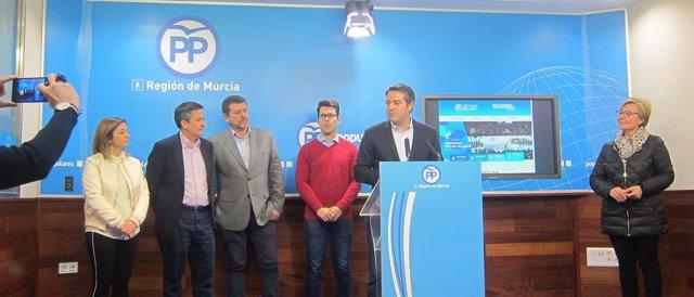 Buendía junto con el resto de miembros del Comité Organizador del Congerso PP