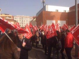 """CCOO y UGT se concentran ante la Creex en Badajoz para """"desbloquear"""" el acuerdo de negociación colectiva"""