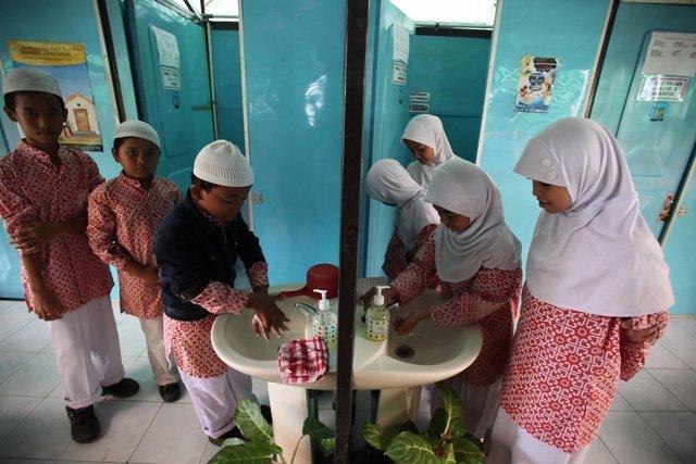Niños musulmanes en una escuela de Indonesia