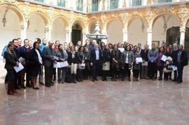 Empleados de la Diputación de Córdoba reciben los diplomas que acreditan su formación en lengua inglesa