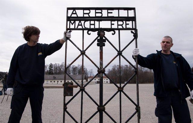 La puerta con el lema 'El trabajo te hace libre' en el campo de Dachau