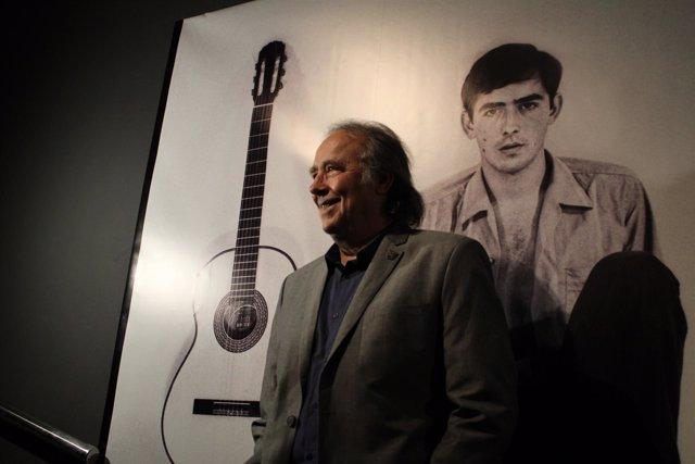 Joan Manuel Serrat en la exposición dedicada a sus 50 años de trayectoria