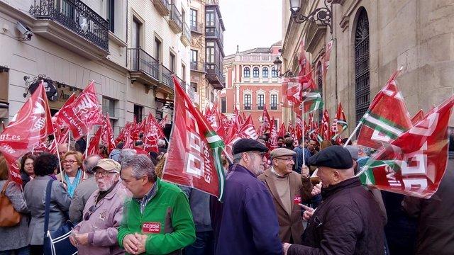 Concentración ante la sede de la CES en Sevilla de UGT y CCOO