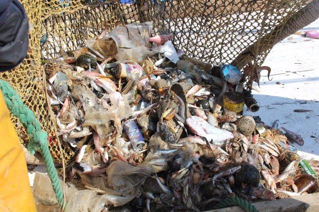 Basura recogida en las redes, junto al pescado, en el mar
