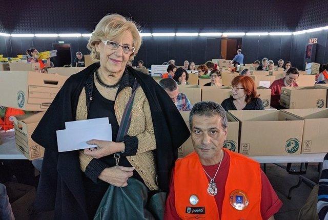Manuela Carmena con los voluntarios del recuento