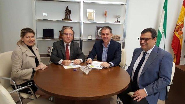 Díaz (izda.) y Gil (centro), durante la firma del convenio