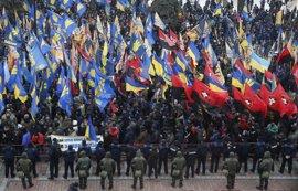 Miles de personas se manifiestan en Kiev para pedir más firmeza frente a Moscú