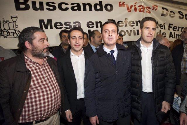 Javier Aureliano García y Óscar Liria en la concentración #PorUnTrenDigno.