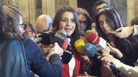 """Arrimadas: """"¿El PP no tiene a nadie preparado y no investigado por corrupción para gobernar en Murcia?"""""""