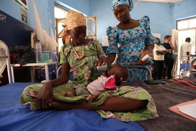 Madre con su hijo desnutrido en Maiduguri