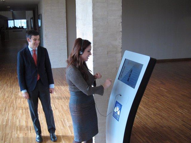 Silvia Clemente prueba los nuevos dispositivos audiovisuales en las Cortes