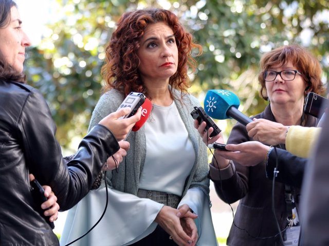 María Jesús Montero atiende a los medios en el Parlamento andaluz