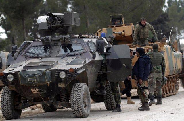 Soldados turcos y miembros del Ejército Libre Sirio cerca de Al Bab
