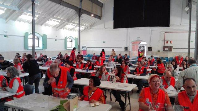 Voluntarios en las votaciones de Decide Madrid
