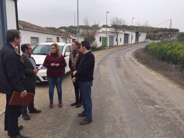 José Castro (2i) visita zonas afectadas por lluvias en Santiago de Calatrava.