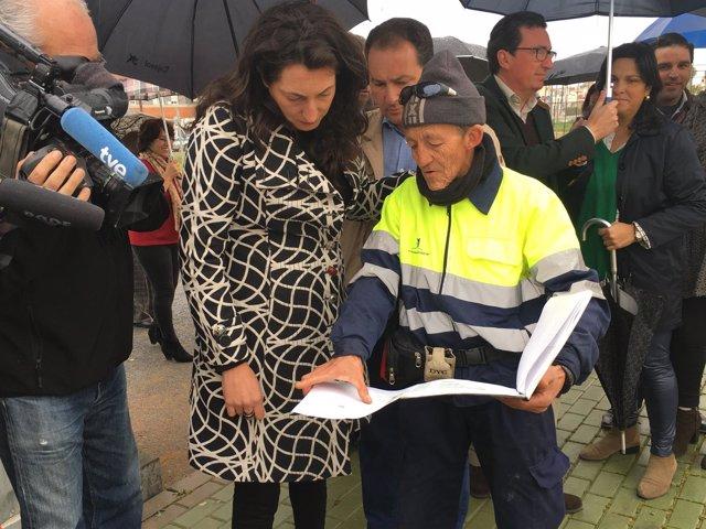 La secretaria general del PP-A, Dolores López, en unas obras del Profea.