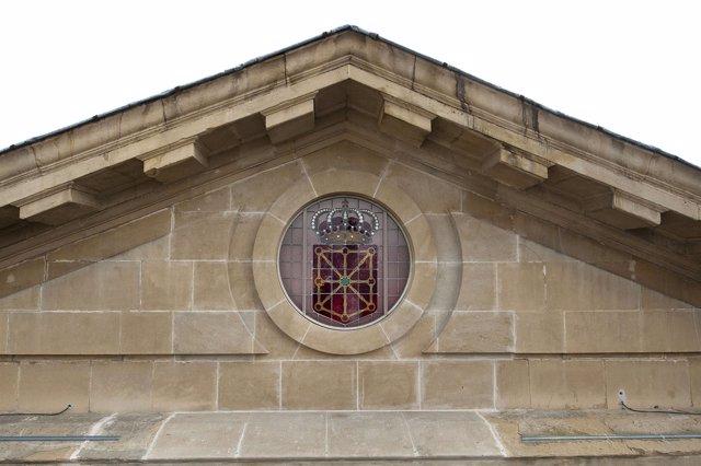 Vidriera con el escudo de Navarra en la fachada principal del Palacio