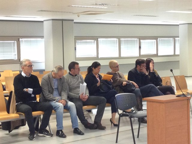 Enrique Arnal (izquierda) junto al resto de acusados