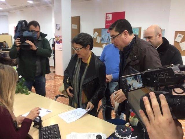 Miembros del PSOE registran petición en la Subdelegación del Gobierno en Huelva.