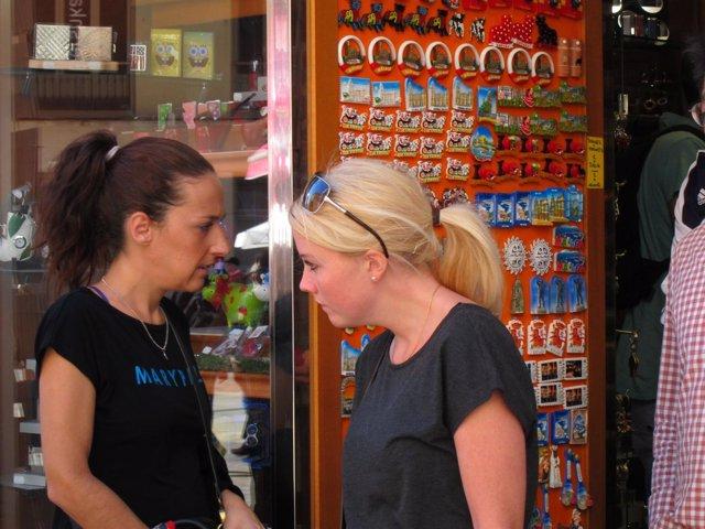 Turistas, rubia, turismo, souvenirs, extranjero, compras, regalos, recuerdos