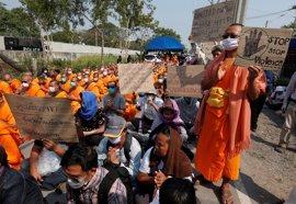 Las autoridades tailandesas emiten nuevas órdenes de arresto contra un importante clérigo budista opositor