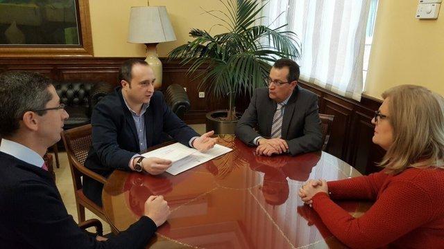 Reunión de miembros de la asociación de alojamientos con la subdelegada.