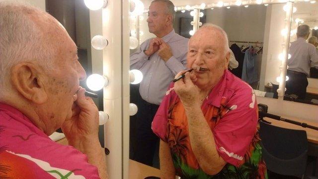 Un actor se prepara durante el Certamen de Teatre Gent Gran 2017