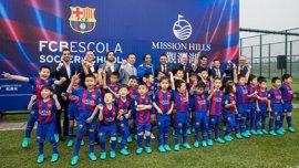 Bartomeu y Ronaldinho visitan la FCBEscola del Barça en Hainan