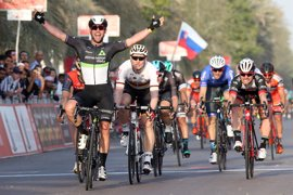 Cavendish, primer líder en el Abu Dhabi y Contador se cae sin consecuencias