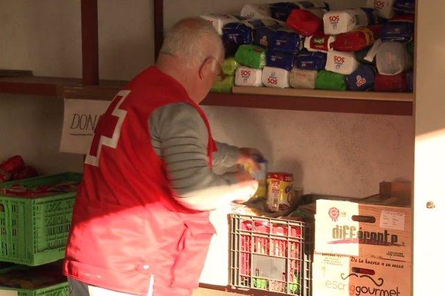 Voluntario en un almacén de alimentos de Cruz Roja