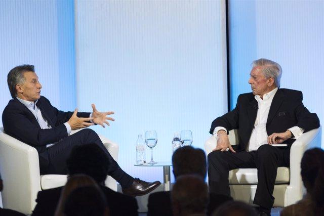 El presidente argentino, Mauricio Macri, con Vargas Llosa en Casa de América