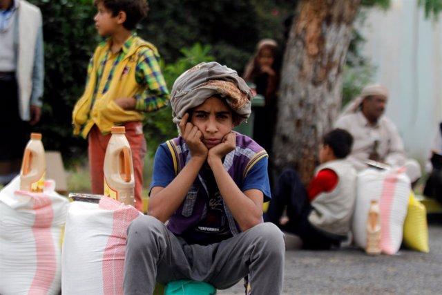 Un niño con ayuda alimentaria en Saná