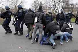 La Policía francesa emplea gas lacrimógeno y detiene a 26 jóvenes en protestas contra la violación de un joven