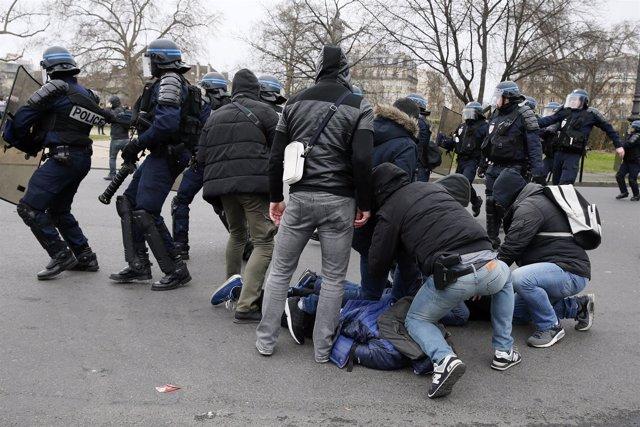 Las autoridades francesas detienen a jóvenes en protestas contra la violación